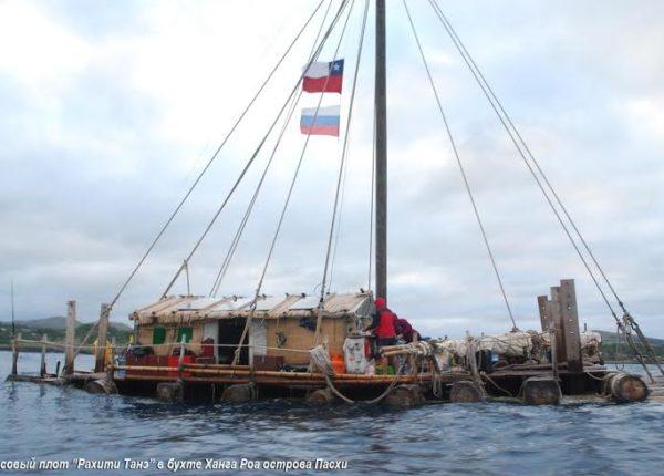 """Бальсовый плот """"Рахити Танэ"""" в бухте Ханга Роа острова Пасхи"""